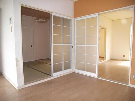 改装前:アパートのダイニングから和室、リビングを見る。