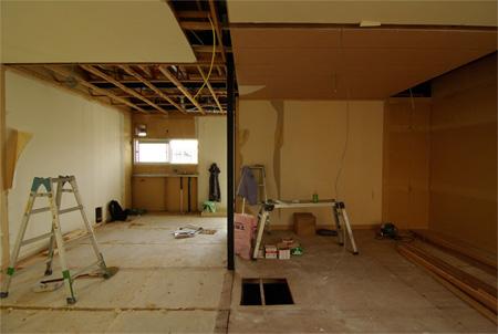 解体後:リビングからキッチン(左)と寝室(右)を見る