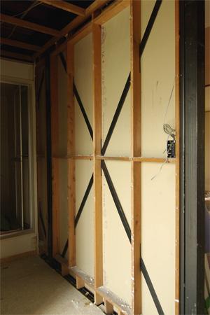 解体後:玄関から入った正面の壁のブレース