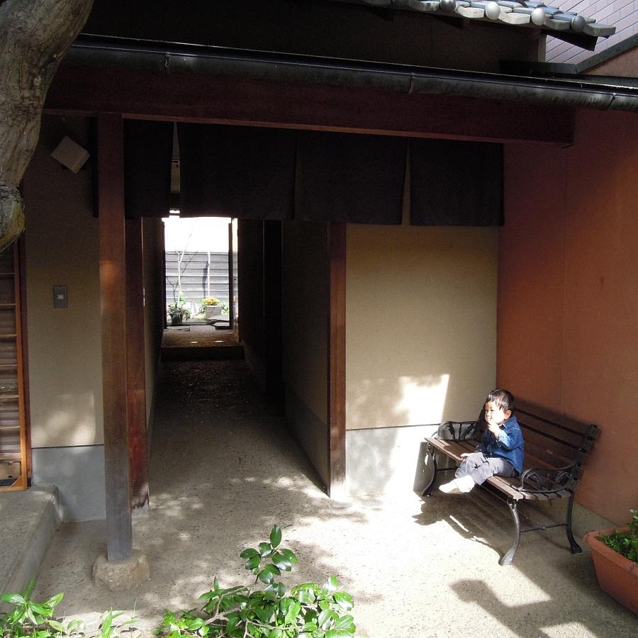 ア・ラ・小布施のカフェの中庭とゲストハウス小布施へ抜ける路地